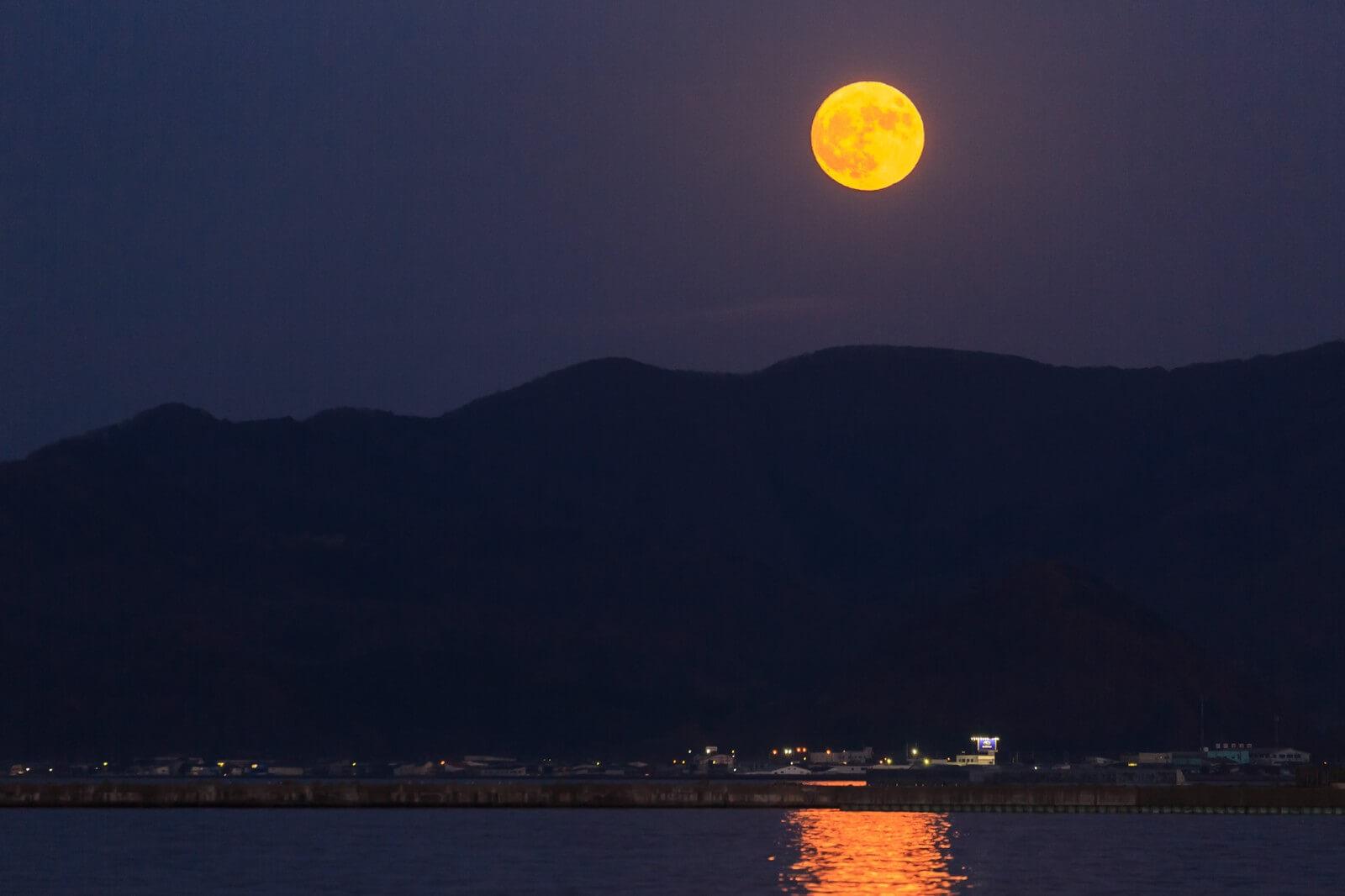 この世 を ば わが 世 と ぞ 思ふ 望月 の 欠け たる こと も なし と 思 へ ば 意味